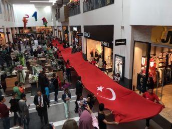 Forum Magnesia'da Dev Bayrak Yürüyüşü Yapıldı