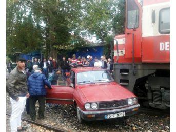 Trenin Çarptığı Otomobilden Hafif Yaralı Kurtuldu
