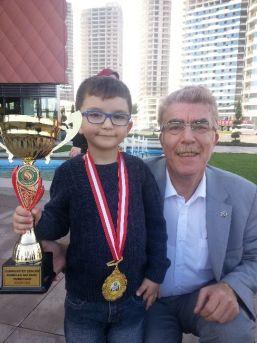 Satranç Şampiyonu Gkv'lı Hasan'a Boyu Kadar Kupa