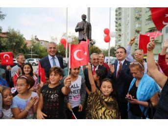 Site Bahçesine Atatürk Anıtı