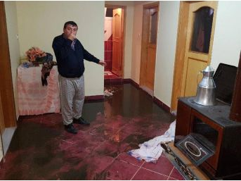 Evlerini Kanalizasyon Suyu Bastı
