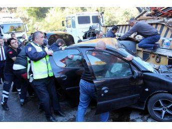 Tır'la Çarpışan Otomobilde Sıkışan Sürücü 45 Dakikada Kurtarıldı