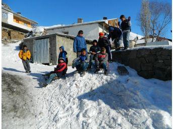 Kar Tatilini Fırsat Bilen Çocuklar Kızak Kayarak Eğlendi