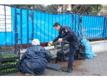 Çevik Kuvvet Polislerinden Çay İkramı