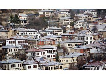Tarihi Ilçe Safranbolu Beyaza Büründü