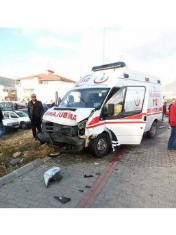Ambulansla Otomobil Çarpıştı: 4 Yaralı