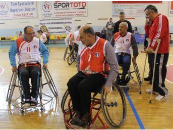 Niğde Protokolü Tekerlekli Sandalye İle Maç Yaptı