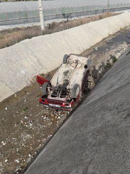 Yolda Kayan Otomobil Su Kanalına Uçtu: 2 Yaralı