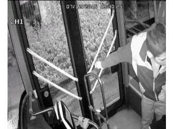 (özel Haber) Ön Kapıdan İnemeyen Yolcu Otobüs Şoförüne Saldırdı