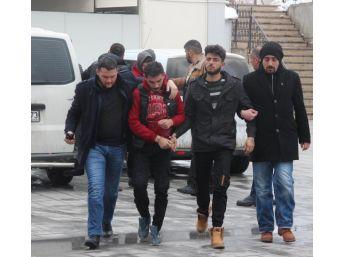 6 Suriyeli, Gece Yarısı Sopayla Dövdükleri Gencin Telefonunu Gasp Etti
