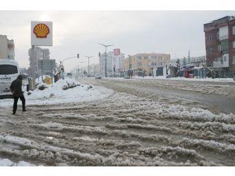 Mersin'de Kar Hayatı Felç Ediyor