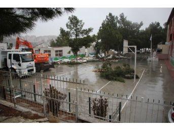 Kuşadası'nda Okulun Çatısı Uçtu, 1 Çocuk Hafif Yaralandı