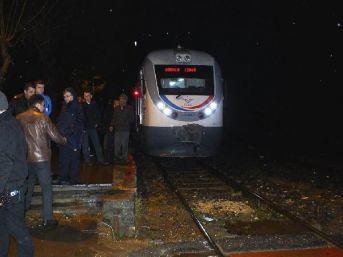 Tren, Hemzemin Geçitte Otomobile Çarptı: 1 Yaralı