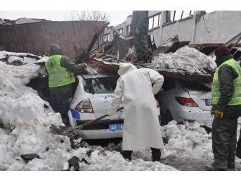 Çöken Çatı Altında Kalan Emniyet Araçları Çıkarıldı