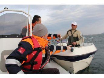 Gölde Sürüklenen Teknesini Kurtarmak İsterken Mahsur Kaldı