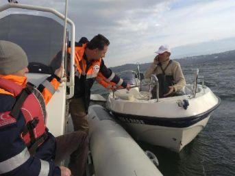 Göle Sürüklenen Teknesini Kurtarmak Isterken Mahsur Kaldı