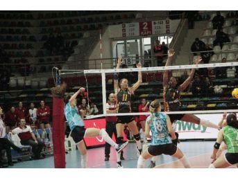Bursa Büyükşehir Belediyespor Kupa Voley'de Yarı Finale Yükseldi
