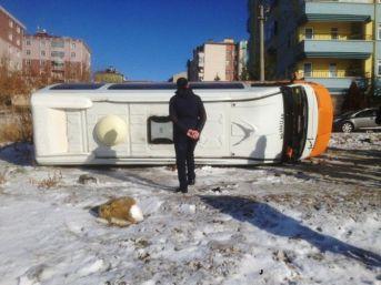 Buz Tutan Yolda Minibüs Devrildi