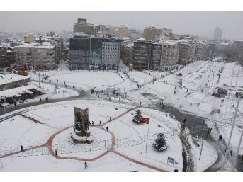 Beyaz Örtüye Bürünen Taksim Meydanı Böyle Görüntülendi