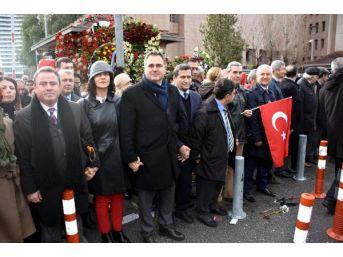 Avukatlar, İzmir Adliyesi'ne Saldırıyı 'insan Zinciri' Oluşturarak Protesto Etti