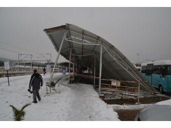 İzmir'de Durağın Çatısı Minibüslerin Üzerine Çöktü