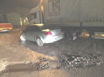Bozüyük'te Otomobil Park Halindeki Tır'a Çarptı, 2 Yaralı