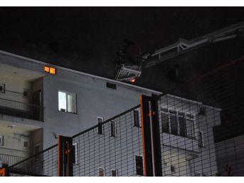 Çatı Yangını Site Sakinlerini Sokağa Döktü