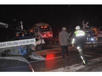 Otomobil Hemzemin Geçitte Trene Çarptı: 1 Yaralı