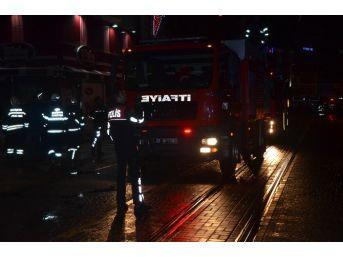 İşçilerin Isınmak İçin Yaktıkları Ateş İtfaiyeyi Harekete Geçirdi
