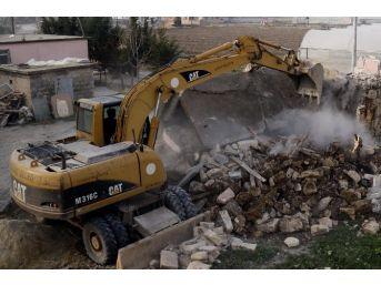 Sel Sularının Tahrip Ettiği Ev, Sahiplerinin Talebi Üzerine Yıkıldı