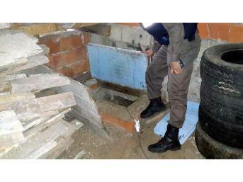 Ardeşen'De, Birine Gizli Geçitle Bağlı Kaçak 2 Silah Imalath...