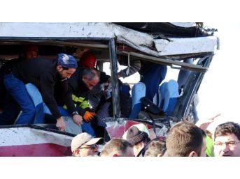 Rize'de Tır, Yolcu Midibisüne Çarptı: 1 Ölü, 20 Yaralı