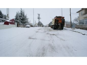 Kırşehir Merkezde Bağlantısı Kar Yağışı Nedeni İle Kesilen Köy Yolları Açıldı