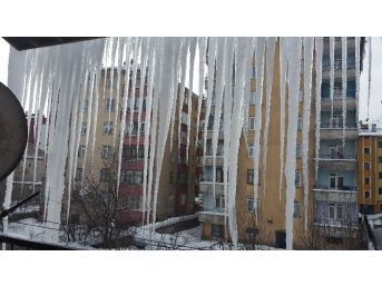 Tatvan'da Saçaklarda 3 Metrelik Buz Sarkıtları Oluştu