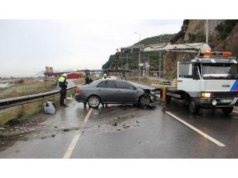 Otomobil Karşı Şeride Geçip Bariyerlere Çarptı: 2 Yaralı