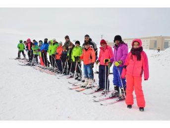 Öğrenciler Yarıyıl Tatilini Kayak Yaparak Geçirdi