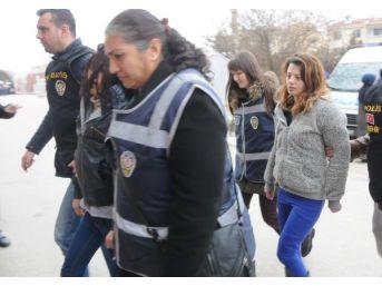 Genç Kadını Arkadaşları Öldüresiye Dövüp Bıçakla Saçlarını Kesmiş
