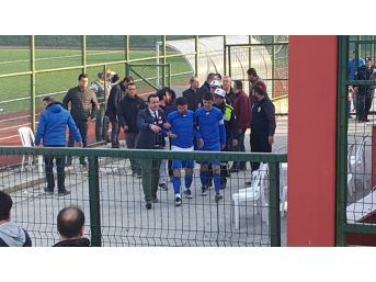 Taraftarın Attığı Taş Futbolcunun Burnunu Kırdı