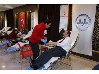 Diyanet İşleri Başkanı Prof. Dr. Mehmet Görmez Kızılay'a Kan Bağışında Bulundu