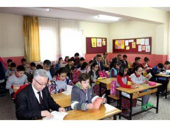 Müdürler Öğrencilerle Birlikte Kitap Okudu