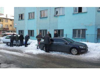 Çatıdan Düşen Kar İki Aracı Kullanılamaz Hale Getirdi