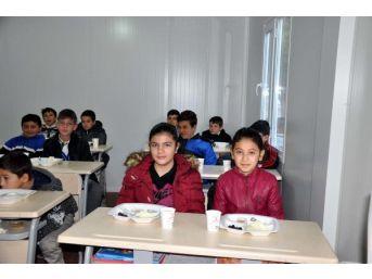 Depremzede Öğrencilere Kızılay'dan Kahvaltı