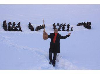 Hakkari'de İnsan Halkasıyla Karlı Dağlara 'evet' Yazıldı