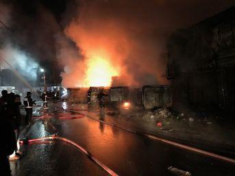 Sultangazi'de Geri Dönüşüm Tesisinde Korkutan Yangın