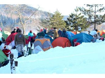 'istiklal Yolu' Yürüyüşünde 1 Metre Karda Kamp...