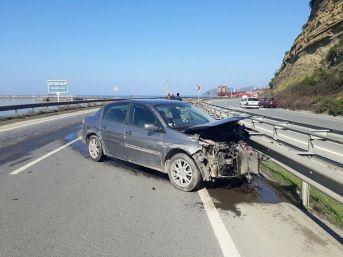 Bariyerlere Çarpan Otomobil Hurdaya Döndü