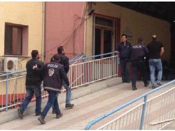 Ödemiş'te Gasp Şüphelisi Üç Kardeşe Gözaltı