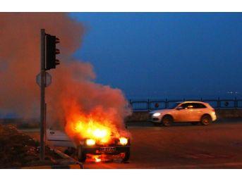 Işıklarda Bekleyen Otomobil Cayır Cayır Yandı