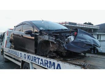 Kontrolden Çıkan Otomobil Bariyerlere Çarptı: 1 Ölü, 4 Yaralı