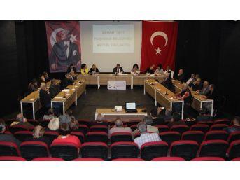 Kuşadası'nda Pazaryeri Fiyatlarıyla İlgili Olağanüstü Meclis Toplantısı Yapıldı